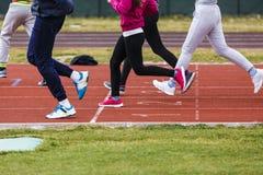 pieds d'athlètes sur une voie photo libre de droits