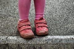 Pieds d'enfant sur le vieux bloc en pierre Photo libre de droits