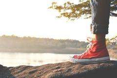 Pieds d'espadrille rouge une fille en nature Photo stock