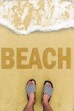 Pieds d'homme à la plage photo libre de droits