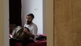 Pieds d'homme d'affaires se trouvant sur le lit dans la chambre d'hôtel après avoir signé clips vidéos