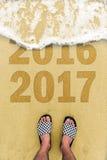 Pieds d'homme au signe de la plage 2017 Image stock