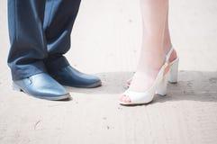Pieds d'hommes et femmes, jeunes mariés après images libres de droits