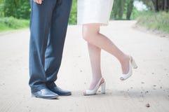 Pieds d'hommes et femmes, jeunes mariés près du sable images libres de droits