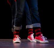 Pieds d'un duo des interprètes de hip-hop Images libres de droits