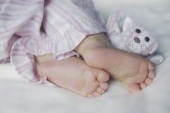 Pieds d'un enfant en bas âge Photographie stock libre de droits