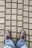 Pieds d'un homme sur le trottoir Images libres de droits