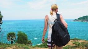 Pieds d'une fille de touristes voyageant par un pays tropical avec un sac à dos vue de la mer avec l'île clips vidéos