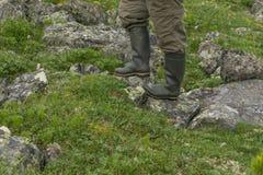 Pieds dans des bottes en caoutchouc dans le paysage naturel image stock