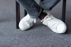 Pieds dans des chaussures blanches élégantes Image libre de droits