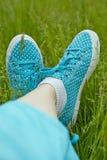 Pieds dans des espadrilles sur l'herbe verte Photos libres de droits