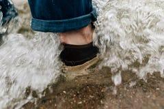 Pieds dans l'eau Image stock