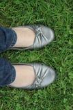 Pieds dans l'herbe photographie stock libre de droits