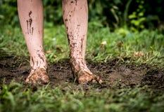 Pieds dans la boue Photos stock