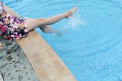 Pieds dans la piscine Images libres de droits