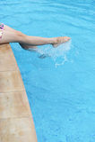 Pieds dans la piscine Images stock