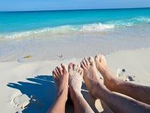 Pieds dans le sable à Blanca de Playa, Cayo largo, le Cuba photographie stock