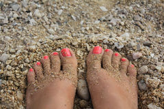Pieds dans le sable Image libre de droits