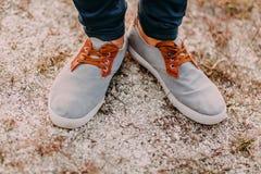 Pieds dans le sable Hippie dans des espadrilles fraîches Vue supérieure des chaussures sur le fond de texture de sable Photo libre de droits