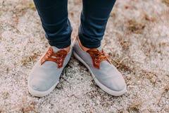 Pieds dans le sable Hippie dans des espadrilles fraîches Vue supérieure des chaussures sur le fond de texture de sable Images libres de droits