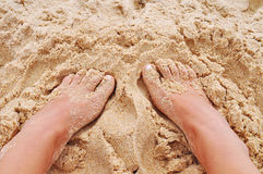 Pieds dans le sable sur la plage Image libre de droits