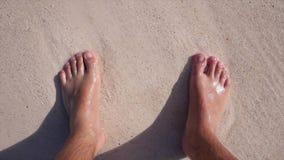 Pieds dans le sable sur la plage banque de vidéos
