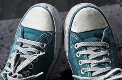 Pieds dans les espadrilles et des jeans bleus sales dehors Photo libre de droits