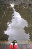 Pieds dans les espadrilles rouges et le passage couvert en pierre Image libre de droits