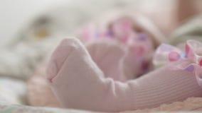 Pieds de bébé dans les chaussettes roses clips vidéos