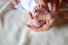 pieds de bébé et mains de mère Photo libre de droits