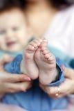 Pieds de bébé nouveau-né sur la paume du ` s de mère Photographie stock libre de droits