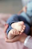 Pieds de bébé nouveau-né sur la paume du ` s de mère Images libres de droits