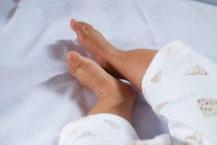 Pieds de bébé sur le fond blanc photos stock