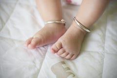 Pieds de bébé sur le lit Image libre de droits