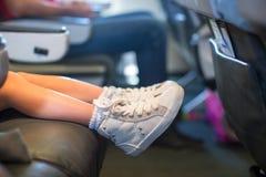 Pieds de bébé sur le siège dans les avions Photographie stock