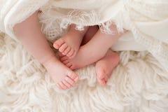 Pieds de bébés jumeaux photos stock