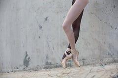 Pieds de ballerine en gros plan sur un fond de Photos stock