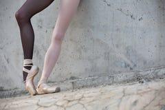 Pieds de ballerine en gros plan sur un fond de Images libres de droits