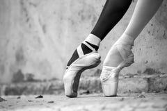 Pieds de ballerine en gros plan sur un fond de Image libre de droits