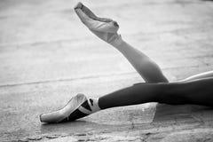 Pieds de ballerine en gros plan sur un fond de Images stock