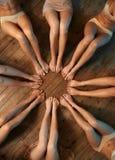 Pieds de cercle posé par danseurs sur le plancher images libres de droits
