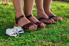 Pieds de chaussure de femme enceinte, de mari et de fils photos stock