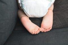 Pieds de couche-culotte et de bébé Image stock