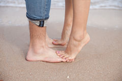 Pieds de couples sur la plage Photos stock