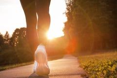 Pieds de coureur d'athlète fonctionnant sur le plan rapproché de tapis roulant sur la chaussure photo libre de droits