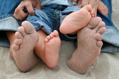 Pieds de famille sur le sable Image libre de droits