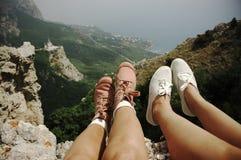 Pieds de femme au-dessus des montagnes Photographie stock