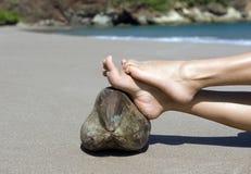 Pieds de femme reposant la plage de noix de coco, Costa Rica Images stock
