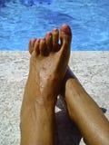 Pieds de femme sur l'eau Photo stock