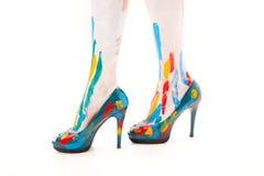Pieds de femmes avec les chaussures et la peinture Photographie stock libre de droits